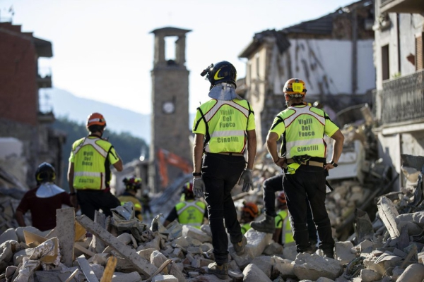 epaselect epa05514488 Rescue workers search for victims and clear up rubble in the earthquake-stricken town of Amatrice, central Italy, 29 August 2016. The latest provisional death toll from the 24 August earthquake is 290.  EPA/MASSIMO PERCOSSI